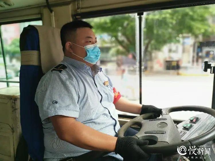 """公交人物 人称""""奔跑哥""""淫邪,这位90后公交司机怀抱3个小目标识相过:自考本科贪心、评四星级驾驶员啪、成为一名预"""
